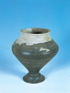 Urne cinéraire en terre cuite : vase à pied creux. Incinération n° 35. Haut. 28,5 cm. Fin IVe – début IIIe siècle avant J.-C.