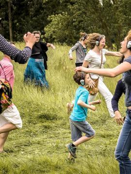 Photo d'une déambulation chorégraphique dont le public est acteur : l'happy manif