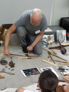 démonstration des techniques préhistoriques d'allumage du feu devant des enfants