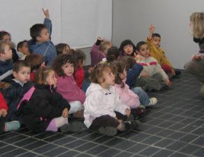 visite d'une classe de maternelle au musée