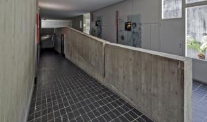 Vue de la rampe d'accés à l'étage du musée