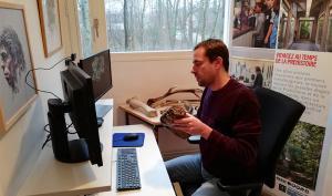 Photographie d'un médiateur du musée en train d'animer une visite guidée à distance
