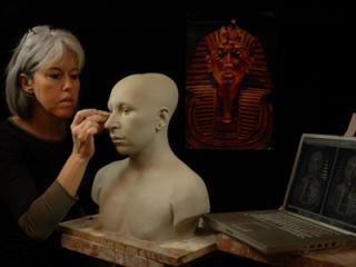 É. Daynès achevant le buste en argile de Toutânkhamon.