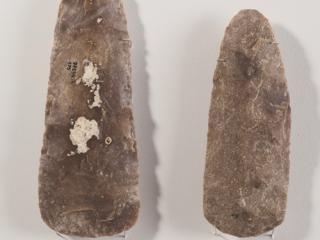 Haches taillées en silex de Jablines, long. 18,5 et 16,2 cm.