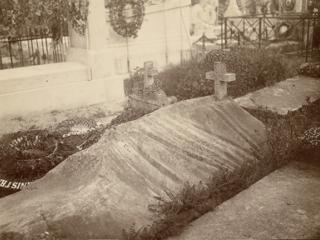 La tombe d'Edmond Doigneau au cimetière de Nemours en 1908.