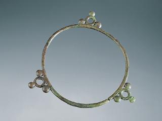 Torque à motif ternaire, en bronze. Inhumation n° 25. Diam. 12,9 à 13,7 cm. Fin IVe – début IIIe siècle avant J.-C.