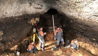Vue du chantier de fouilles préhistoriques de Denisova (Russie)