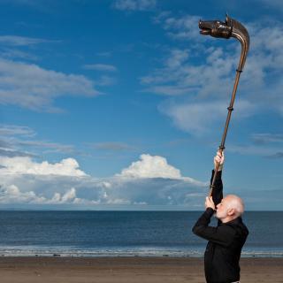Musicien jouant d'un carnyx en bronze (cor de l'ancien monde celtique)