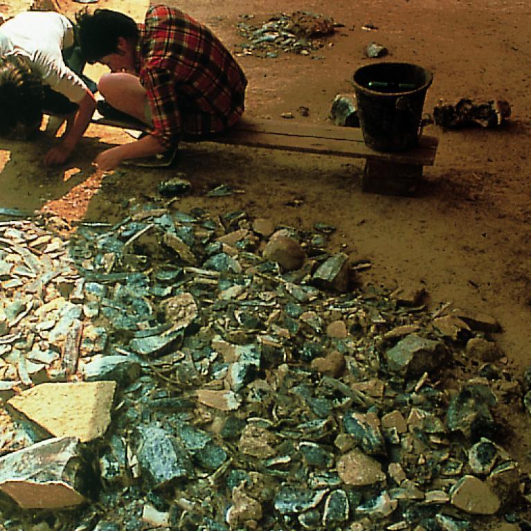 Photographie de la fouille du site préhistorique d'Etiolles (91). Un amas de silex a été mis au jour par les archéologues.
