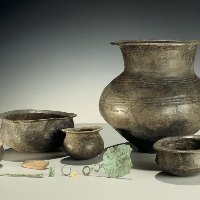 Mobilier archéologique (poteries, objets en bronze...) d'une inhumation de la fin de l'âge du Bronze