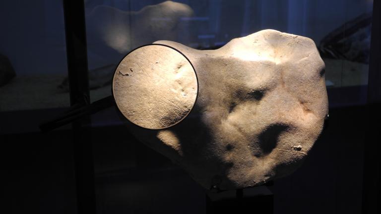 Galet gravé paléolithique découvert sur le site d'Etiolles (91)