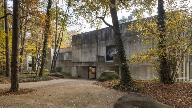 Vue de l'entrée du musée depuis le parc en automne