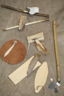 Matériel utilisé lors d'un atelier scolaire consacré aux outils préhistoriques